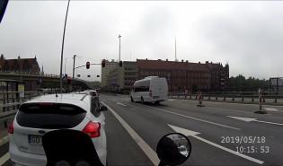 Bus jedzie na czerwonym