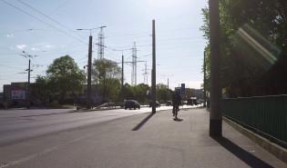 Dziecko na hulajnodze jedzie po drodze (jak chce)