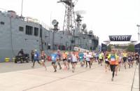 Biegali w porcie wojennym