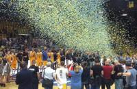 Koszykarze Arki Gdynia świętują