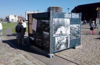 Na plakatach pojawiły się napisy zakrywające zdjęcia wystawy