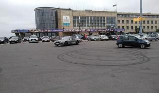 Brawurowa jazda BMW przy akwarium w Gdyni