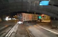 Ciężarówka ledwo zmieściła się pod wiaduktem na Hallera