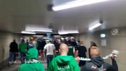 """Superpuchar - kibice Lechii skandują """"Śląsk"""", idąc na stadion"""