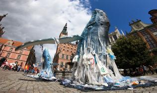 6-metrowa rzeźba wieloryba na Długim Targu