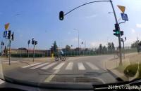 Jazda rowerem na czerwonym z telefonem