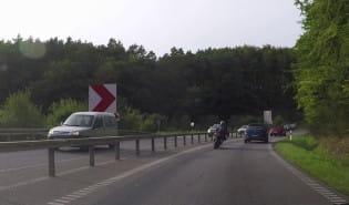 Motocyklista wyprzedza na trzeciego na jednym pasie