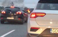 Palący się samochód na Armii Krajowej