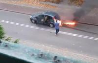Płonie samochód