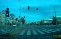 Trolejbus przejeżdża na czerwonym świetle