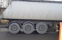 Sznur ciężarówek na Pokładowej