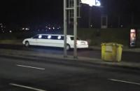 Limuzyna w autobusowej zatoce przystanku Odrzańska na Chełmie