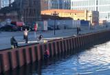 Turysta wskoczył do Motławy. Chciał popływać, był pijany
