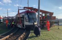Trwa podnoszenie wykolejonego tramwaju