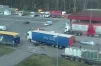 Strażnicy graniczni kontrolują pojazdy opuszczające prom Wawel