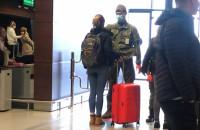 Mierzenie temperatury u pasażerów na lotnisku