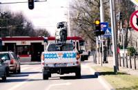 Policjanci z radiowozów proszą by zostać w domu