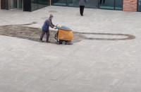 Czyszczenie chodników przy Forum Gdańsk