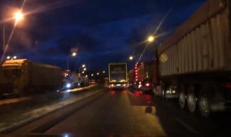 Sznur ciężarówek na ul. Polskiej w Gdyni