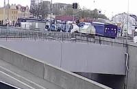 Moment zderzenia tramwaju z ciężarówką na rondzie w Letnicy
