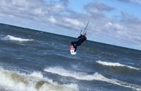 Skoki i fikołki z latawcami. Kitesurferzy w Brzeźnie