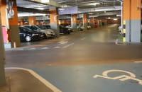 Pełny parking pod Rivierą