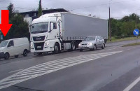 Moment zderzenia dwóch aut na Wielkopolskiej w Gdyni