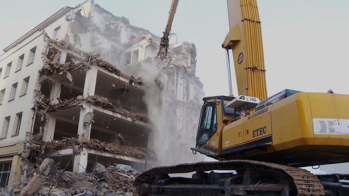 Tak wyburzano dom towarowy Neptun.