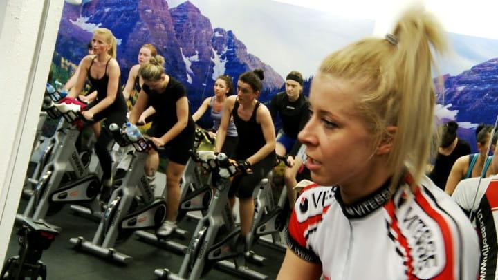 Fitness to nie tylko formy choreograficzne, ale również zajęcia na rowerach stacjonarnych.