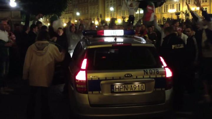 Po meczu Polska-Rosja policja próbowałachronić Neptuna, ale bezskutecznie.