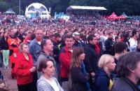 Kibice oglądają mecz w gdańskiej strefie kibica