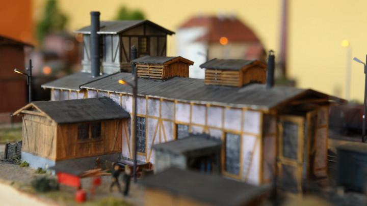 Robotnicy ładują węgiel, żona zawiadowcy pieli grządki, apo torach jeżdżą parowozy ciągnąc wagony. Zobacz wielką makietę stacji kolejowej, którą przez lata budował Leszek Lewiński.