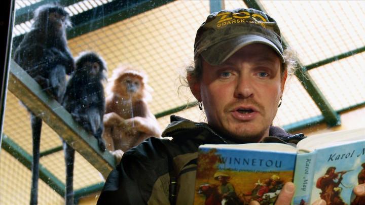 Albert lubi książki kucharskie, Raja angielskie romanse, alutungi słuchają przygód Winnetou iOld Shatterhanda. Zobacz, jak ipo co opiekun czyta książki małpom zgdańskiego ZOO.