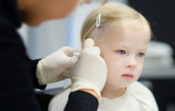 Czy i kiedy przekłuć dziecku uszy