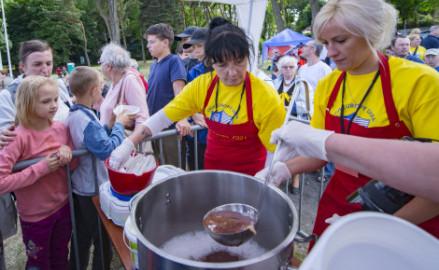 Uwarzyli 726 kg zupy truskawkowej