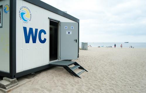 Nowe publiczne toalety przy i na plaży