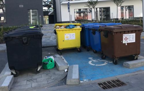Pat z wywozem śmieci na osiedlu w Oliwie