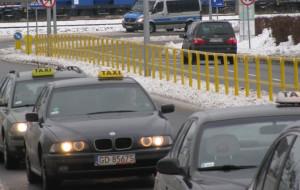 Policja przegania taksówkarzy sprzed Amber Expo w Letnicy