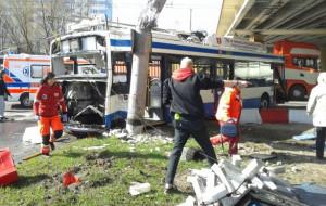 Poważny wypadek w Gdyni. Po zderzeniu TIR-a i trolejbusu 2 osoby nie żyją, 9 osób rannych