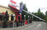 Słup reklamowy przewrócił się na budynek baru KFC w Gdyni