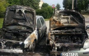 Spalone auta: policja szuka sprawcy. Czy poszkodowani otrzymają odszkodowania?