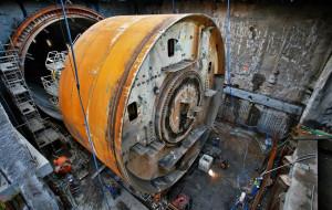 Maszyna-kret w częściach opuszcza pierwszą nitkę tunelu pod Martwą Wisłą