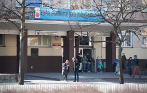 Monitoring i strzeżone wejście nie ustrzegły ucznia przed pobiciem
