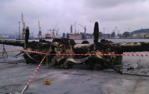 Bombowiec z II wojny światowej wyciągnięty na ląd