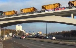 Banery wyborcze na wiadukcie budowanym przez samorządową spółkę
