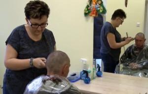 Fryzjerki-wolontariuszki strzygą bezdomnych