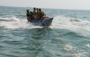 Zabawa na wodzie, czyli przejażdżka na bananie i oponce