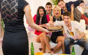 Domówki zdominowały imprezy klubowe? Młodzi wolą bawić się w domu