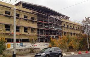 Ruszyła przebudowa zrujnowanego biurowca w Redłowie