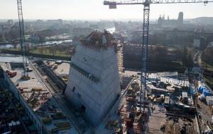 Tak rośnie 40-metrowa wieża Muzeum II Wojny Światowej